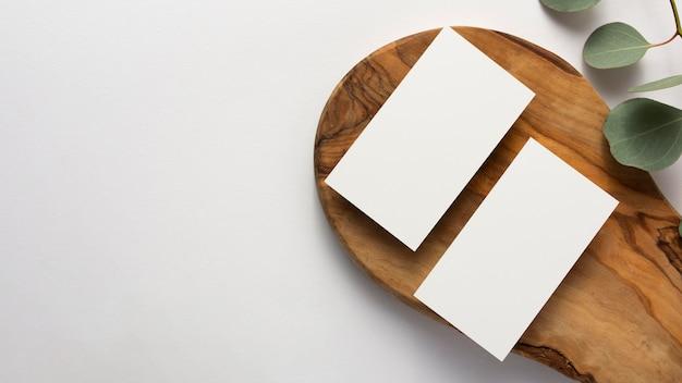 Bovenaanzicht minimale compositie met blanco kaarten