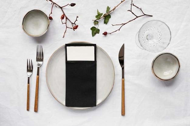 Bovenaanzicht minimale witte tafelsamenstelling