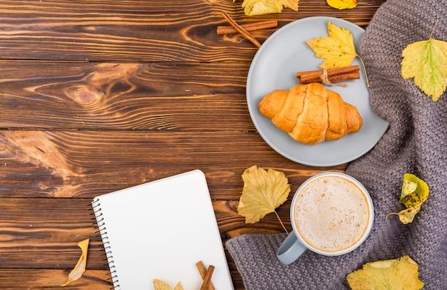 Bovenaanzicht minimalistisch ontbijt met kopie ruimte