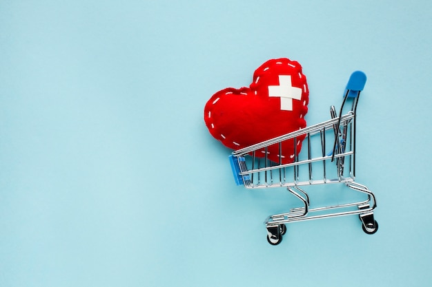 Bovenaanzicht minimalistisch rood hart met winkelwagen