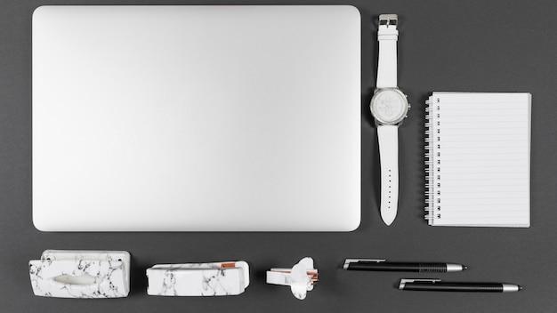 Bovenaanzicht minimalistische opstelling op bureau