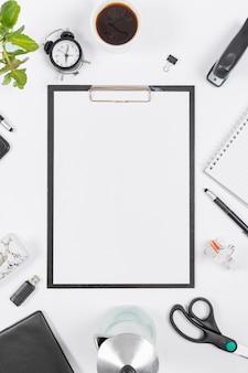 Bovenaanzicht minimalistische zakelijke regeling met leeg klembord