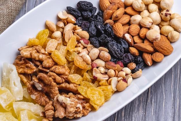 Bovenaanzicht mix noten walnoten rozijnen pinda's en amandelen