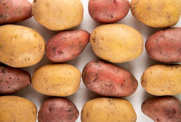 Bovenaanzicht mix rauwe aardappelen op witte achtergrond