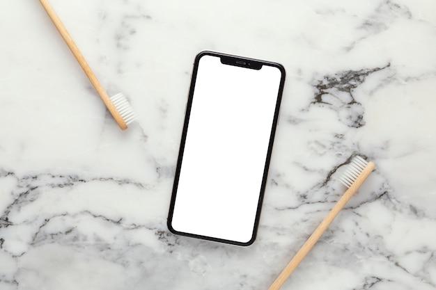 Bovenaanzicht mobiel en tandenborstels