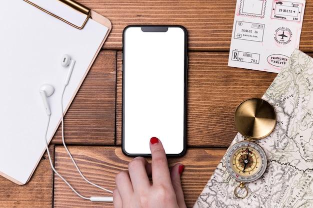 Bovenaanzicht mobiele telefoon met kompas en wereldkaart