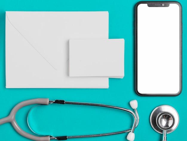 Bovenaanzicht mobiele telefoon met stethoscoop