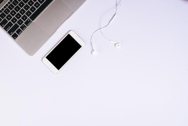 Bovenaanzicht mobiele telefoon op witte bureau