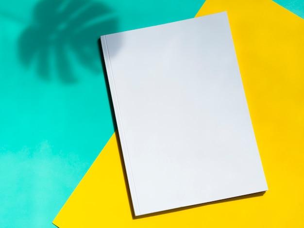 Bovenaanzicht mock-up magazine met kleurrijke achtergrond