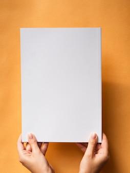 Bovenaanzicht mock-up magazine met oranje achtergrond