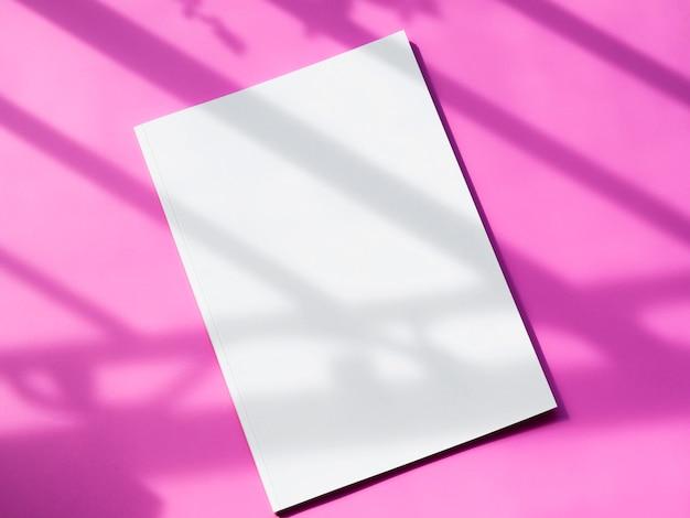 Bovenaanzicht mock-up magazine met roze achtergrond