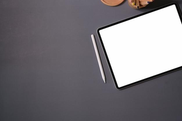 Bovenaanzicht mockup leeg scherm tablet op kantoor
