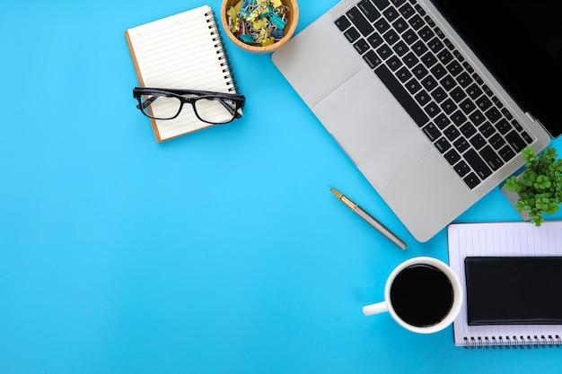 Bovenaanzicht modern bureau werkruimte met laptop.
