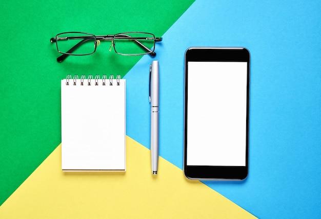 Bovenaanzicht, moderne werkplek met tablet met slimme telefoon geplaatst