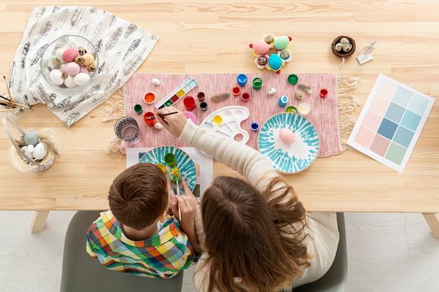 Bovenaanzicht moeder en zoon eieren schilderen