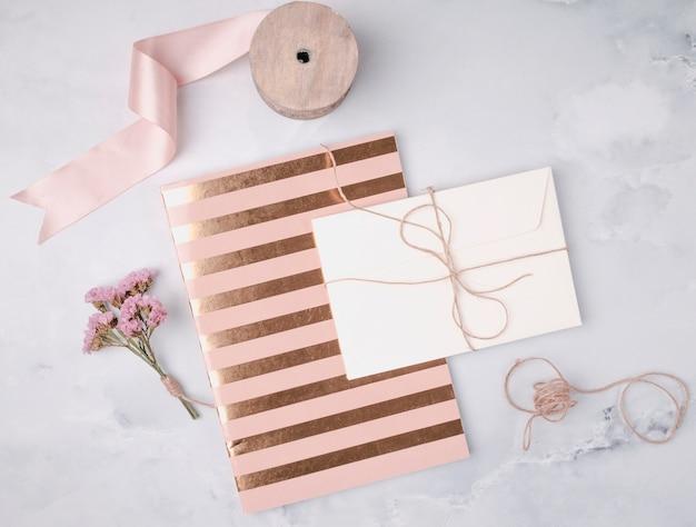 Bovenaanzicht mooi arrangement met gouden bruiloft uitnodigingen