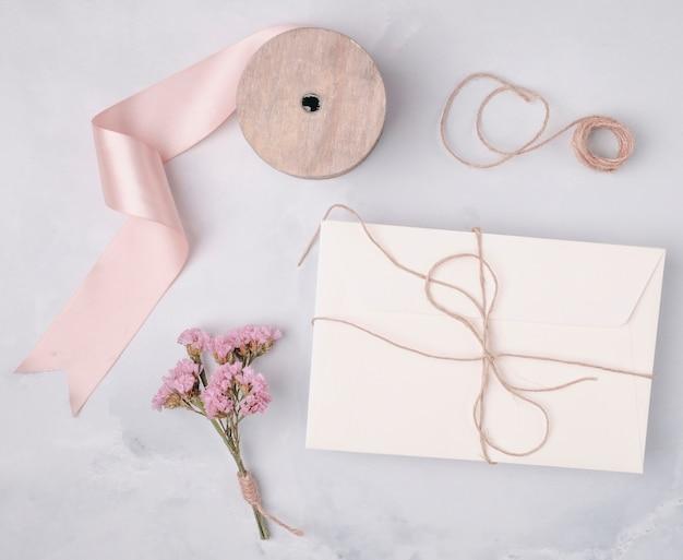 Bovenaanzicht mooi arrangement met huwelijksuitnodigingen