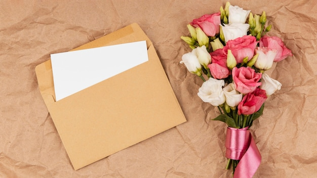 Bovenaanzicht mooi rozenboeket met envelop