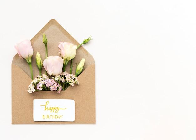 Bovenaanzicht mooie bloemen in envelop