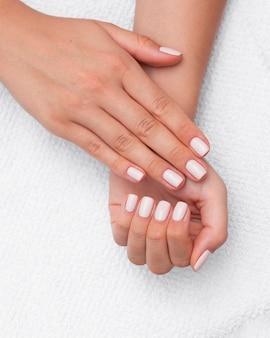 Bovenaanzicht mooie schone manicure