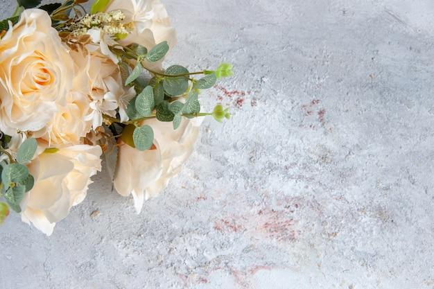 Bovenaanzicht mooie witte bloemen op wit oppervlak