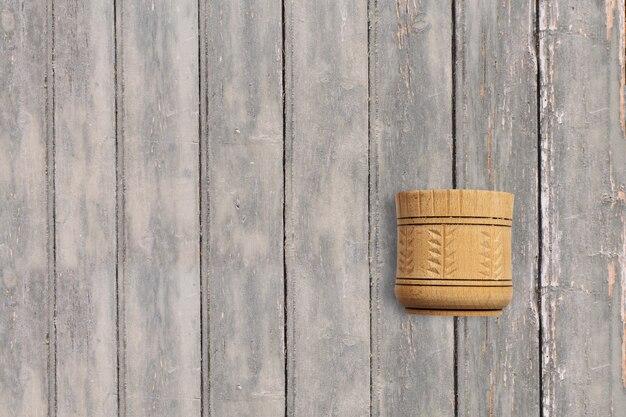 Bovenaanzicht mortel op donkere houten vintage tafel. kopieerruimte voor tekst toegevoegd, geschikt voor uw conceptachtergrond voor eten of drinken.