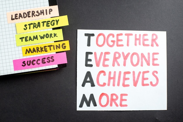 Bovenaanzicht motivatie zakelijke notities met blocnote op donkere achtergrond zakelijk werk succes baan leiderschap strategie teamwerk marketing office team