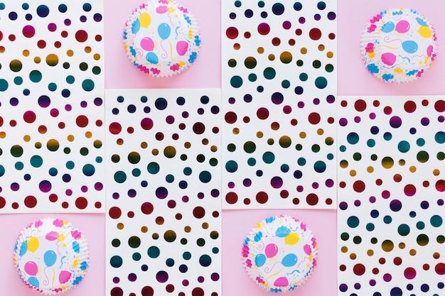 Bovenaanzicht muffin cups en gestippeld papier