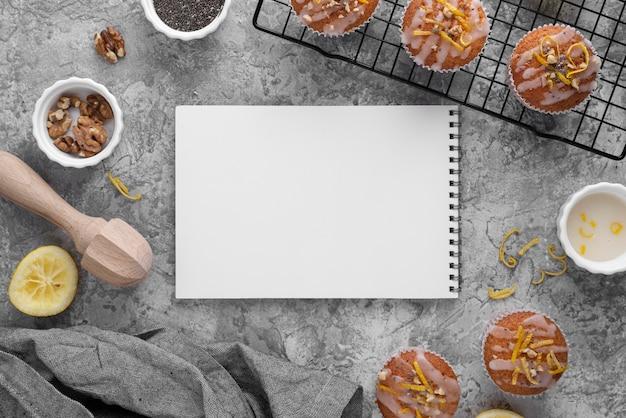 Bovenaanzicht muffins en notebook arrangement