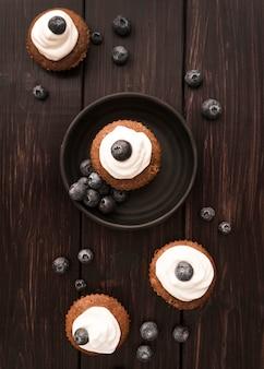 Bovenaanzicht muffins met bosbessen