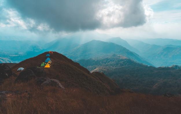 Bovenaanzicht mulayit taung gouden licht van de ochtendzon en de mist bedekt op de berg mulayit, myanmar