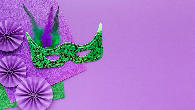 Bovenaanzicht mysterie carnaval op violette achtergrond