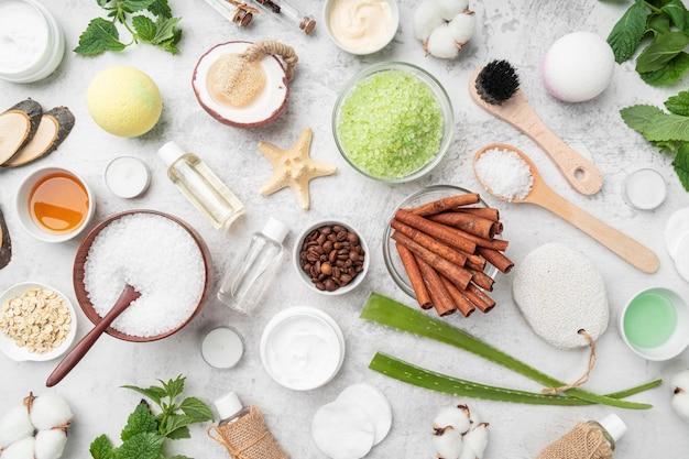Bovenaanzicht natuurlijke cosmetica op tafel