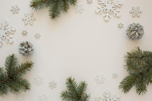 Bovenaanzicht natuurlijke dennennaalden met sneeuwvlokken