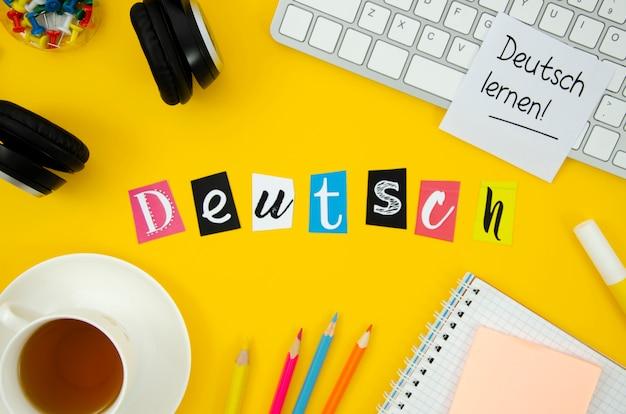 Bovenaanzicht nederlandse letters op gele achtergrond