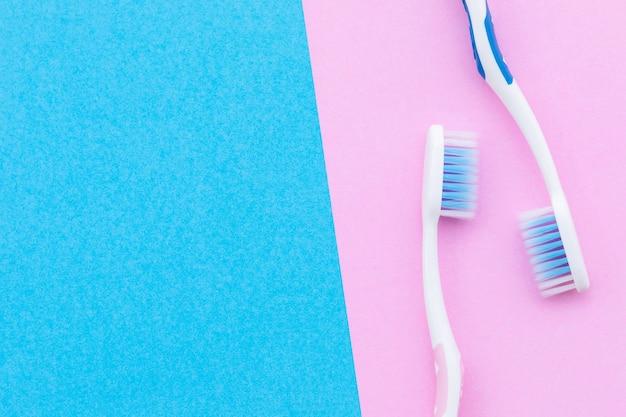 Bovenaanzicht nieuwe roze en blauwe tandenborstel.