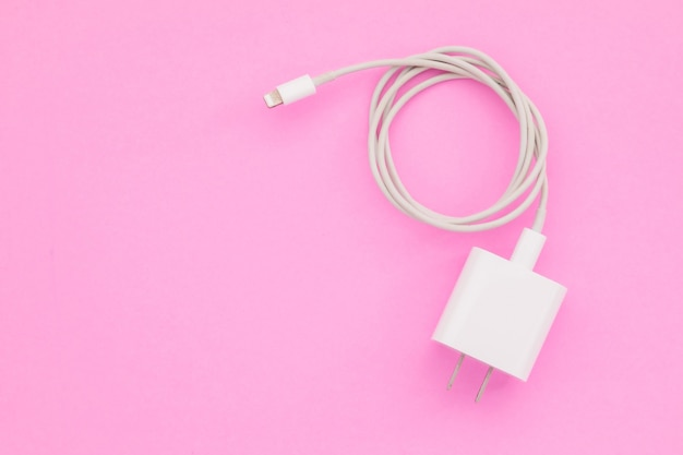 Bovenaanzicht nieuwe witte smartphone-oplader