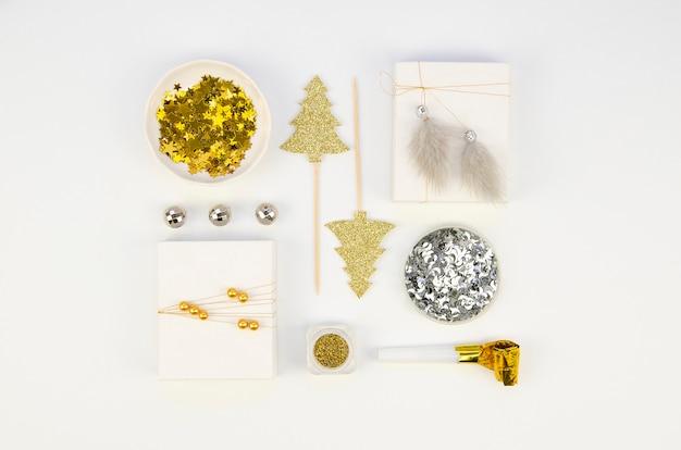 Bovenaanzicht nieuwjaar accessoires patroon gemaakt van kerstversiering