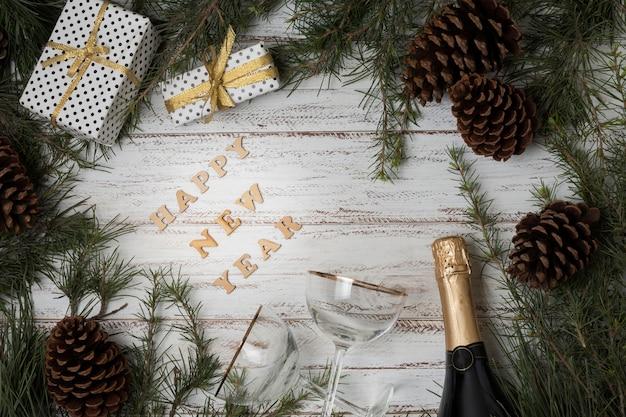 Bovenaanzicht nieuwjaar champagne en glazen