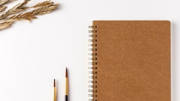 Bovenaanzicht notebook concept met kopie ruimte