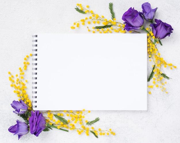 Bovenaanzicht notebook en lente bloemen