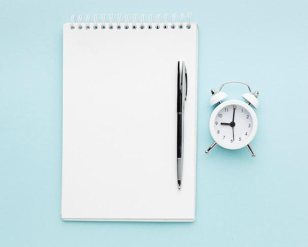 Bovenaanzicht notebook en pen arrangement