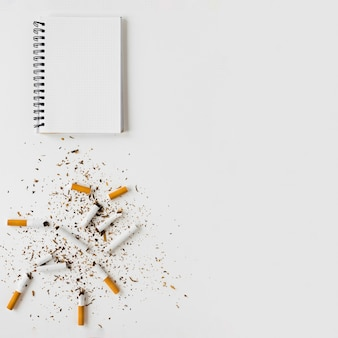 Bovenaanzicht notebook en sigaretten