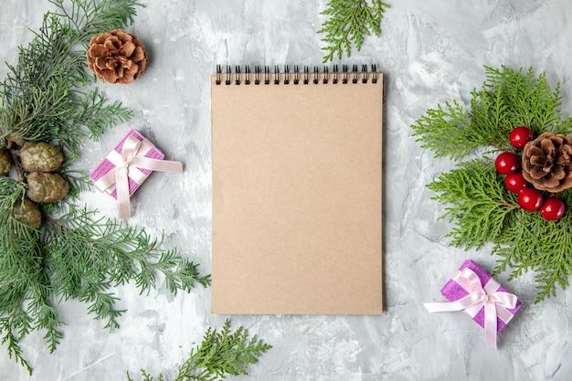 Bovenaanzicht notebook kerstboom speelgoed pijnboom takken op grijze achtergrond
