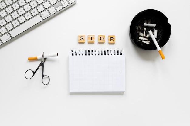 Bovenaanzicht notebook met asbak