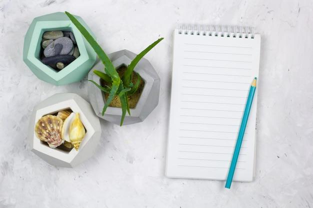 Bovenaanzicht notebook met een leeg vel