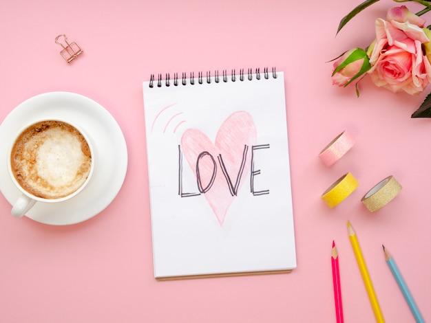 Bovenaanzicht notebook met liefde concept