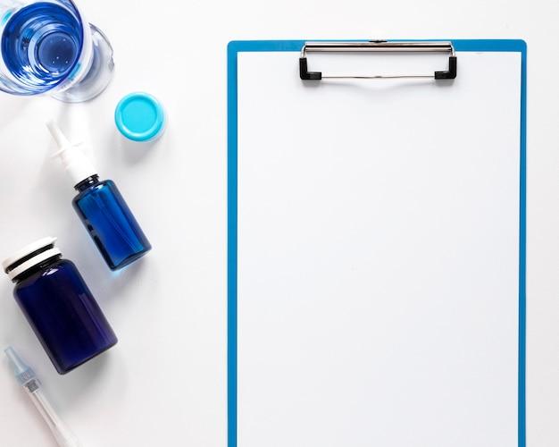 Bovenaanzicht notebook met pijnstillers op de tafel