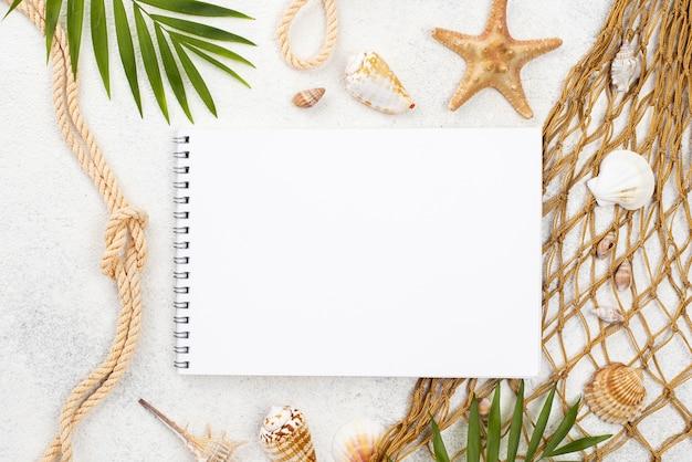Bovenaanzicht notebook met schaaldieren
