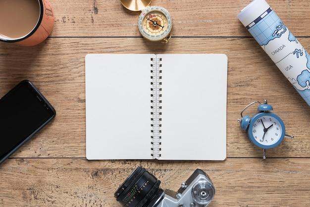 Bovenaanzicht notebook op houten achtergrond